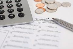 Calculadora, forma de impuesto, pluma y monedas Imagenes de archivo
