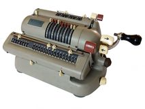Calculadora manivela-funcionada mecánica Fotos de archivo