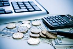 Calculadora, moedas e pena. Foto de Stock