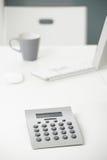 Calculadora na mesa de escritório Imagens de Stock Royalty Free