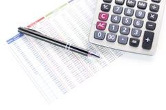 Calculadora, papel y pluma Imagen de archivo