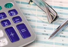Calculadora, pena e monóculos Fotos de Stock