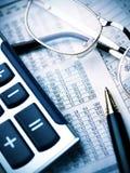 Calculadora, pena e vidros imagens de stock royalty free