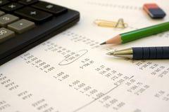 Calculadora, pena, um lápis Foto de Stock