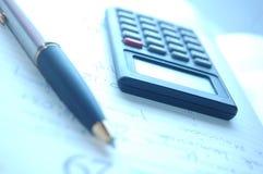 Calculadora, pluma Imagen de archivo libre de regalías