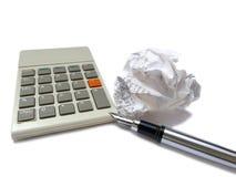 Calculadora, pluma de la tinta y bola arrugada del recibo Imágenes de archivo libres de regalías