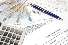 Calculadora, pluma, dinero y documentos primarios para la nómina de pago Imágenes de archivo libres de regalías