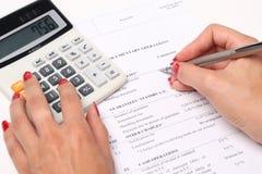 Calculadora, pluma e informe finansial Foto de archivo
