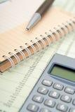Calculadora, pluma y cuaderno Fotografía de archivo libre de regalías