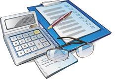 Calculadora, pluma y papeles Imagen de archivo libre de regalías