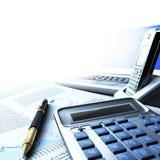 Calculadora, portátil e pena com original financeiro Fotografia de Stock Royalty Free