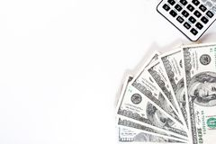 Calculadora que miente en cuentas de dólar americano en un fondo blanco, dinero imagen de archivo