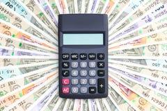 Calculadora sobre de billetes de banco del indio 10, 50, 100, 200, 500 y 2000 rupias a estrenar Modelo colorido del dinero