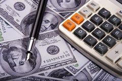 Calculadora sobre el dinero Imagen de archivo