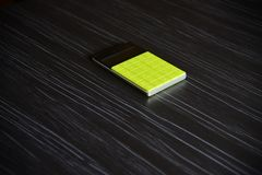 Calculadora verde em uma mesa do preto do escritório fotografia de stock royalty free