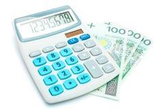 Calculadora y 100 billetes de banco polacos del Zloty en un fondo blanco Foto de archivo libre de regalías