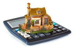 Calculadora y casa Foto de archivo