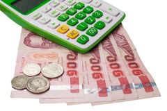 Calculadora y dinero aislados en el fondo blanco Fotografía de archivo