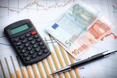 Calculadora y dinero en circulación euro en gráfico de asunto. Imagenes de archivo