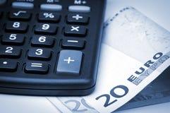 Calculadora y dinero euro. Imagenes de archivo