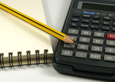 Calculadora y lápiz Imagenes de archivo