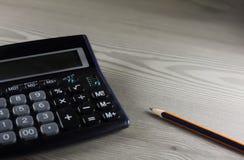 Calculadora y lápiz Fotos de archivo libres de regalías
