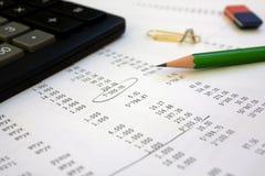 Calculadora y lápiz en el informe financiero Imagen de archivo libre de regalías