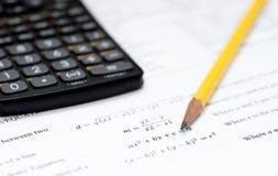 Calculadora y lápiz en un fondo blanco con el mathem Imágenes de archivo libres de regalías