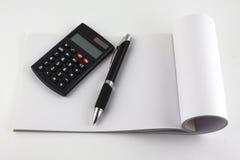 Calculadora y libreta de la pluma Foto de archivo libre de regalías