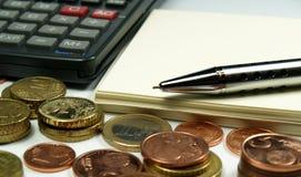 Calculadora y libreta del dinero Imagen de archivo