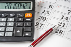 Calculadora y Pen On An Calendar Imagen de archivo libre de regalías
