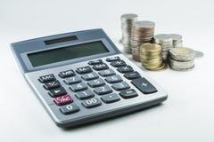 Calculadora y pila tailandesa de la moneda Imagenes de archivo