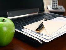 Calculadora y pluma Fotografía de archivo libre de regalías