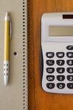 Calculadora y pluma Fotos de archivo libres de regalías