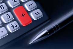 Calculadora y pluma. botón más coloreado rojo Imagen de archivo libre de regalías