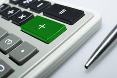 Calculadora y pluma en el fondo blanco. Fotografía de archivo libre de regalías