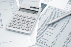 Calculadora y pluma encendido y declaraciones de la tarjeta de crédito Fotografía de archivo libre de regalías