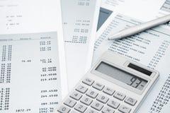 Calculadora y pluma encendido y declaraciones de la tarjeta de crédito Fotos de archivo libres de regalías