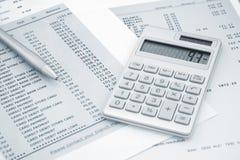 Calculadora y pluma encendido y declaraciones de la tarjeta de crédito Imagen de archivo libre de regalías