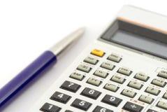 Calculadora y una pluma Imagen de archivo libre de regalías