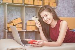 Calculando o custo do porte postal de um pacote pequeno Imagens de Stock Royalty Free