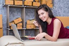 Calculando o custo do porte postal de um pacote pequeno, empresa pequena Fotos de Stock