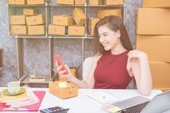 Calculando o custo do porte postal de um pacote pequeno, empresa pequena Imagem de Stock Royalty Free