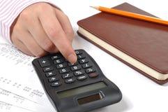 Calculating företags för kvinna kostnader Arkivbilder