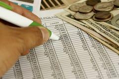 calculating finanser Arkivfoto