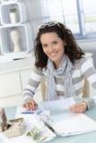 Calculating finanser för kvinna Arkivfoton