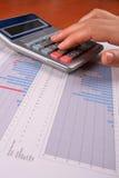 calculating kvinna för affär Royaltyfria Foton
