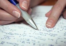 calculating kvinna för hand s Royaltyfria Bilder