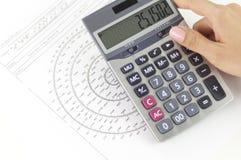 Calculating oväsenvärden för affärskvinna royaltyfria bilder