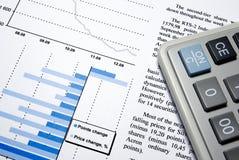 Calculator en afgedrukt financieel rapport. royalty-vrije stock afbeelding